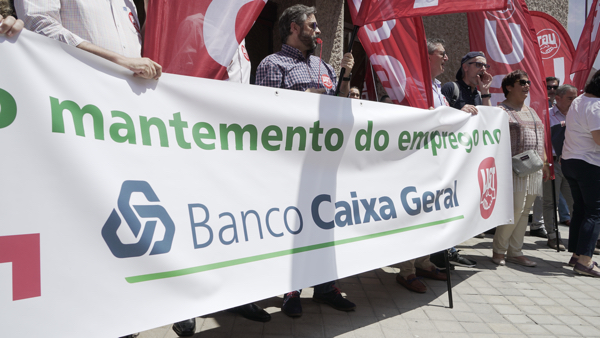VIDEO | La plantilla de BANCO CAIXA GERAL se moviliza en defensa de sus puestos de trabajo